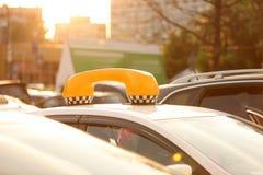 有被设色的窗口的停放的出租汽车在城市街道上 库存照片