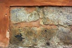 有被轰击的膏药的老石墙 库存图片