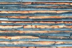 有被重叠的木房屋板壁的被风化的谷仓墙壁 库存照片