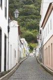 有被铺的地板的传统亚速尔群岛街道在Pico海岛 Portu 库存图片