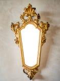有被镀金的框架的经典古色古香的镜子适当作为框架或 库存照片