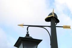 有被镀金的箭头的古老都市街道灯笼 免版税库存图片