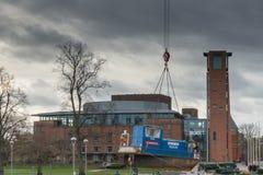 有被降下入运河的猛拉小船的皇家莎士比亚剧院 图库摄影