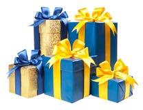 有被隔绝的礼物和一把黄色弓的绿松石和金箱子  库存照片