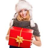 有被隔绝的红色礼物盒的冬天女孩 免版税库存照片