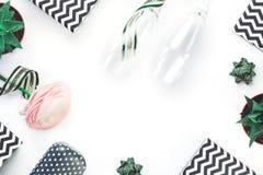 有被隔绝的绿色弓的黑白V形臂章礼物盒 图库摄影