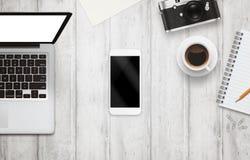 有被隔绝的屏幕的白色巧妙的电话在办公桌上的大模型的 免版税库存照片
