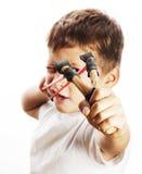 有被隔绝的弹弓的小逗人喜爱的恼怒的真正的男孩 免版税库存照片