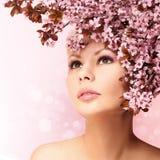 有被隔绝的樱花的美丽的女孩 库存照片