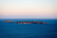 有被隔绝的灯塔的海岛在黄昏 库存图片