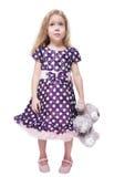 有被隔绝的玩具熊的美丽的小女孩 免版税图库摄影