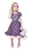 有被隔绝的玩具熊的美丽的小女孩 免版税库存照片