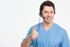 有被隔绝的耳机的微笑的医生 免版税库存图片