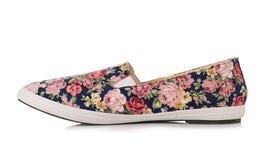 有被隔绝的花卉样式的鞋子 免版税库存照片