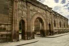 有被雕刻的十字架的被成拱形的门户在StGayane教会的入口  免版税库存照片