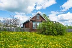 有被雕刻的窗口的农村房子 免版税库存照片