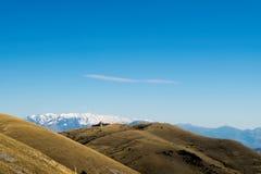 有被雪复盖的山的秋季全景 免版税库存图片