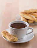 有被鞭打的奶油和松脆饼的巧克力杯子 库存照片