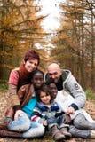 有被领养的子项的家庭 库存图片