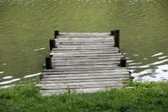 有被风化的土气葡萄酒跳船的平安的湖 库存图片