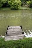 有被风化的土气葡萄酒跳船的平安的湖 免版税库存照片