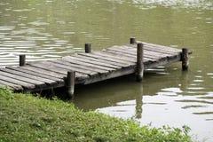有被风化的土气葡萄酒跳船的平安的湖 免版税库存图片