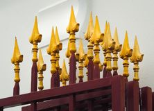 有被风化的金黄装饰的铁门 免版税库存图片