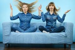 有被风吹头发的两名震惊妇女 图库摄影