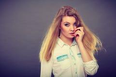 有被风吹头发的可爱的白肤金发的妇女 免版税图库摄影