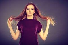 有被风吹头发的可爱的深色的妇女 库存照片