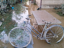 有被破坏的自行车的围场在洪水以后 免版税库存图片