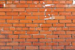 有被黏贴的广告踪影的砖墙  抽象背景 免版税库存照片