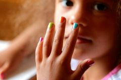 有被绘的指甲盖的孩子 库存照片