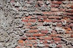 有被洒的白色膏药的老葡萄酒红砖墙壁 库存照片