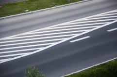 有被绘的空白线路的一条柏油路 免版税库存照片