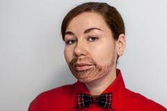 有被绘的胡子的白种人少妇 佩带的湖红色衬衣和蝶形领结的一个人 男性发型 免版税库存图片