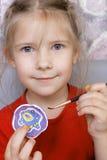 有被绘的自创黏土杯子的女孩 库存图片