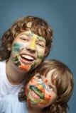 有被绘的面孔的快乐的兄弟 免版税库存照片
