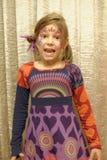 有被绘的面孔的愉快的女孩 免版税图库摄影