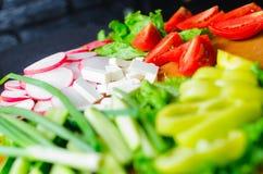 有裁减有机未加工的蔬菜的木板 健康食物,拷贝空间 沙拉或汤的成份 库存照片