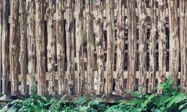 有裁减路线的粗砺的有裂痕的木篱芭 库存图片