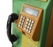 有裁减路线的老和肮脏的硬币电话 免版税库存图片
