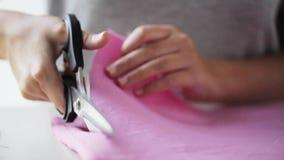 有裁缝剪刀的妇女删去织品的 股票录像