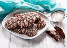 有裂痕的巧克力饼干 库存图片