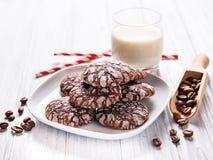 有裂痕的巧克力饼干 免版税库存图片