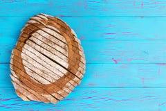 有裂痕的蓝色桌表面上的家制面包大面包 免版税库存图片