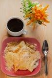 ?? 有裂痕的酥脆曲奇饼用在板材和一杯咖啡的糖在一张木桌上的 库存照片