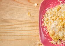 有裂痕的酥脆曲奇饼用糖粉 鲜美易碎的甜曲奇饼草丛在一块桃红色板材 免版税库存图片