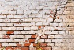 有裂缝的老肮脏的砖墙 免版税库存图片