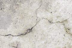 有裂缝的难看的东西水泥水泥墙壁在工厂厂房, g 免版税库存图片